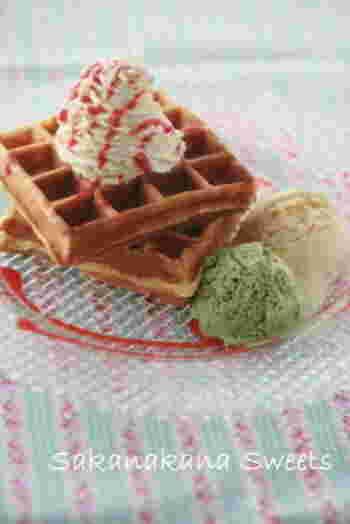 ベルギーワッフルはイースト菌を発酵させた生地を使いますが、アメリカンワッフルはベーキングパウダーで手軽に作ります。こちらは、アメリカンワッフルの生地の作り方。小麦粉・牛乳・卵などを混ぜてだけで簡単にできます。
