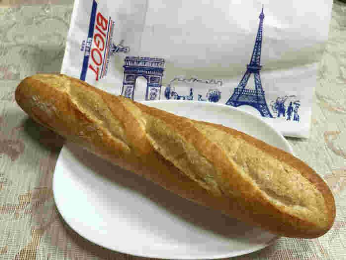 芦屋にあるフランスパンで有名な「ビゴの店」。店名は、創業者フィリップ・ビゴの名前に由来しています。フランス人のビゴさんがつくるフランスパンは「日本一のバゲット」とも言われ、テレビでも紹介されています。