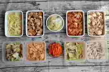 どんなに忙しくても、きちんとごはんを食べたい! そんなあなたは、週末にまとめて作り置きや食材の下ごしらえをしておきましょう。野菜はカットして保存、肉類は下味をつけて冷凍保存、スープストックがあればいつでもあたたかい食事ができますね。
