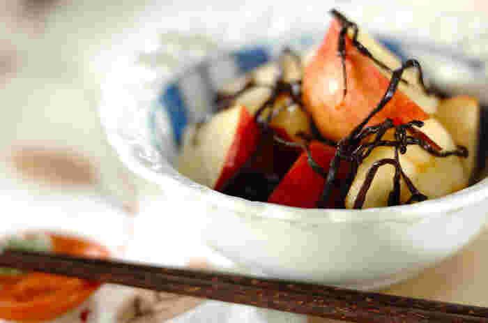 材料はリンゴと塩昆布のみの思い立ったら手早く作れる簡単レシピです。甘いリンゴと塩昆布の相性はバッチリ!食後のデザートとして活躍してくれるリンゴも、塩昆布と和えるだけで、箸休めになり食卓も華やかになりそう。