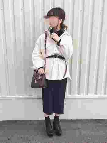 タイトスカートは女性らしい印象ながらも、黒というベーシックなカラーなので、さまざまなアイテムとの組み合わせができることが魅力です。