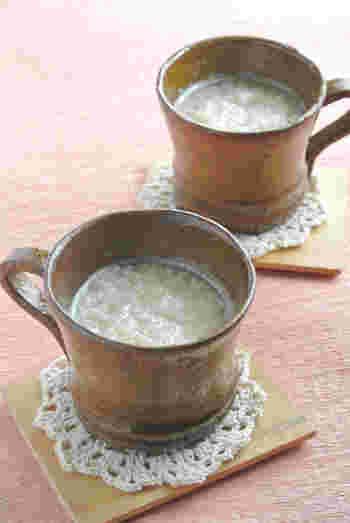 つぶつぶとした素材の食感も味わえる、こちらの米麹の甘酒レシピならお酒が苦手な人にもgood!栄養ドリンクのかわりに飲んでみませんか。