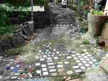 映画『時をかける少女』のロケ地にもなった坂道です。タイルを使った路地は、つい立ち止まり目を向けてしまいます。