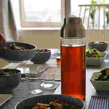お水やお茶などを作り置きしておけるカラフェは、ひとつあるととっても楽チン♪こんなシンプルなものなら、テーブルの上にそのまま置いていてもスタイリッシュ。フルーツやミントを入れて、特製のフレーバーウォーターを作ったりするのも良いですね。