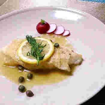 湯葉で巻いた白身魚を、レモンと白ワインを合わせたソースでいただくレシピ。上品な味わいが、ワインとの相性バッチリです。