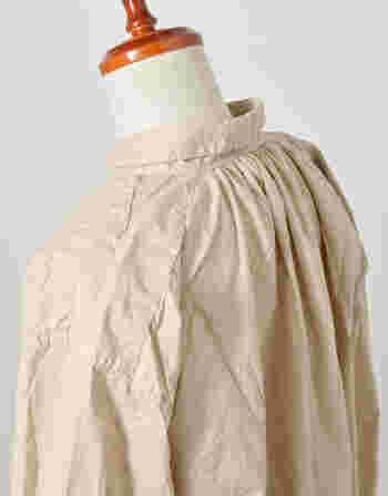 後ろの襟元にもギャザーがたっぷり。目の細かいコットン素材はふんわりとやわらかく、肌当たりが良いので着心地も抜群です。