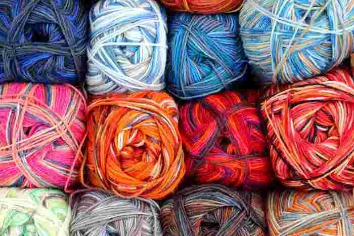 毛糸は太さや形状によってさまざまな種類があります。初心者さんはまずは並太のストレート毛糸をチョイスすると糸が絡みづらく、糸目も調整しやすくなります。編むものによって、毛糸の太さが指定されていることもあるので、編み図をよく確認しておきましょう。