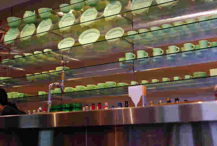 店名にもなっている、ファイヤーキングの食器たちがずらりと並ぶのが、ファイヤーキングカフェ。コレクターも多いこの食器がディスプレイされた店内は、まるでコレクタールームのよう。