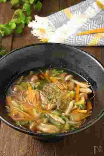 春雨をプラスした、あっさり中華風のデトックススープレシピ。食べごたえがあり、夕食にしても満足できます。冷凍可能なので、多めに作ってストックしても◎