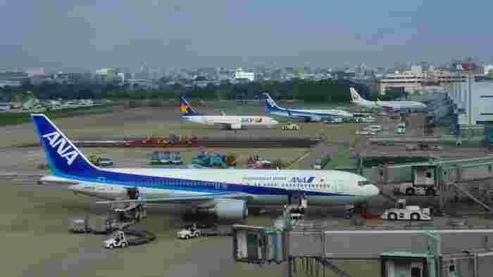 福岡が賑わう理由のひとつに利便性の良さがあります。空港から博多駅までの所要時間は5分前後、繁華街・天神駅までは10分程度と、東京や大阪とは比べ物にならないほど空港へアクセスしやすいのが特徴です。  全国各地から新幹線で博多に迎えますが、東京からのアクセスなら飛行機がおすすめです。(所要時間は2時間ほど)