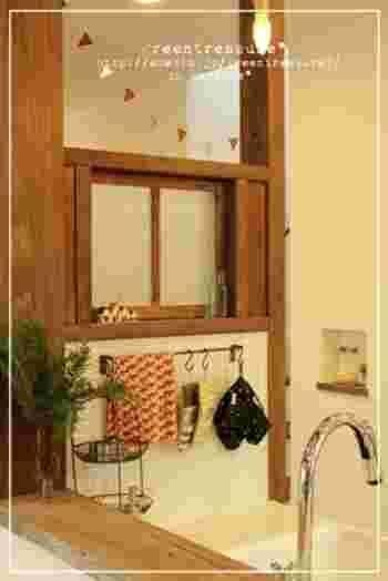 キッチンの側面にタイルを貼ってアイアンバーとも相性が抜群です。