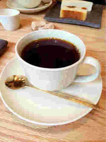 香り豊かなコーヒーを静かな空間でいただけます。コーヒーはオーダー後、一杯一杯丁寧にドリップされます。数種類のスイーツも用意されており、旅の疲れを癒してくれます。