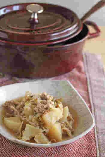 こちらは、大根と下仁田葱と鶏ひき肉の煮物です。鶏肉と下仁田葱を炒めたら、大根と醤油以外の調味料を加え蒸し煮にし、最後に醤油と舞茸を加えて煮込みます。味を染み込ませるため、大根が柔らかくなったら一旦冷まします。無水調理なので、大根と下仁田葱の甘みやうまみが感じられますね。