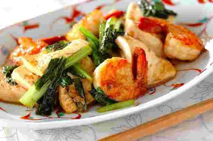 豆腐・エビ・小松菜の彩りがきれいな炒め物レシピ。絹ごし豆腐は先に焼き色が付くまで火を通して一旦出しておくのがポイント。 小松菜の代わりに、ほうれんそうや春菊を使っても美味しそうですね。