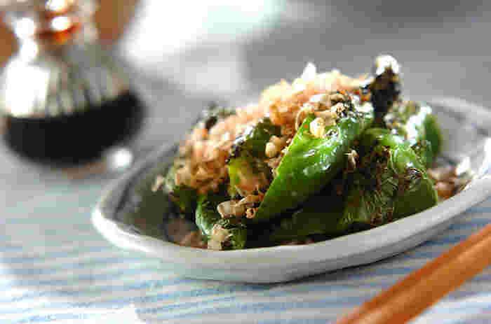 万願寺唐辛子に少し穴を開けて焼くだけで簡単美味しい一皿に!かつお節をたっぷりとかけて、旬の美味しさをシンプルに召し上がれ。