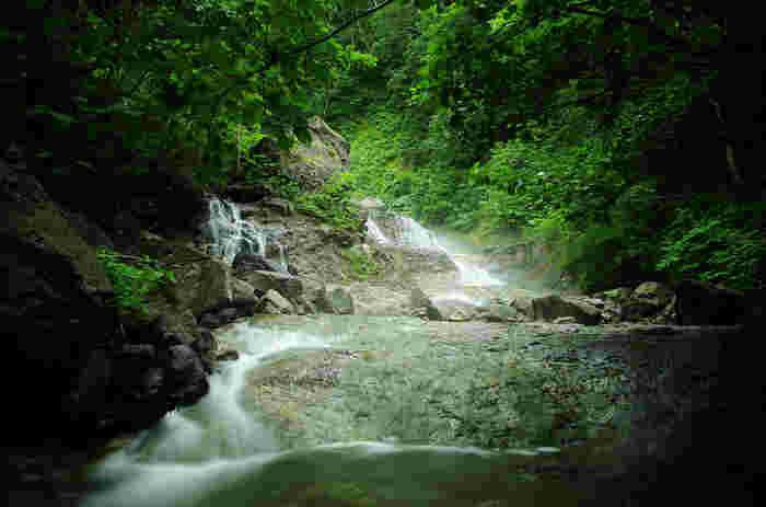 温泉が滝となって流れている秘湯。活火山である知床硫黄山の中腹から涌き出る温泉が、川に流れ込んで生まれたものです。滝を覆う緑に湯けむりが漂い、独特の景観をつくっています。 ※沢登りをする際は、知識と技術を身につけてから。掛けられているロープは自治体などが整備したものではないので、使用しないよう注意してください。