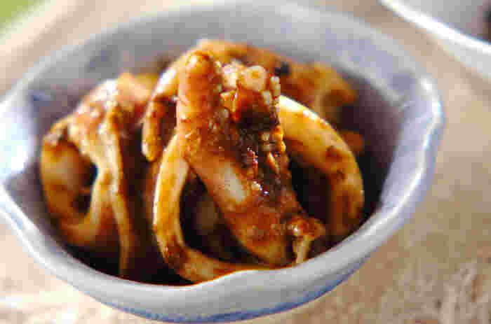 さっと茹でたイカに和えるのは、海苔の佃煮とマヨネーズを合わせた特製ダレ。濃厚な味で焼酎にぴったり合うおつまみです。