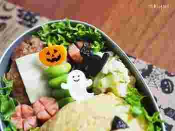 お弁当作りに時間をかけられない時は、ピックをさすだけでもかわいいお弁当の出来上がり。定番のかぼちゃオバケ、黒猫はもちろん。ロゴ入りフラッグもシンプルでおしゃれですね。