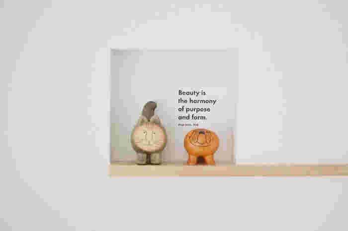 北欧インテリアをつくるとき、欠かせないのが動物や植物をモチーフにした雑貨です。  思わず顔がほころぶ可愛らしいオブジェを探すなら、スウェーデンを代表する陶芸家リサ・ラーソンの作品がおすすめです。彼女の生み出したキャラクターのなかで代表的なのがネコの「マイキー」。他にもブルドックやライオンなど、ユニークでインテリアとしても素敵なオブジェがたくさんあるので複数飾ってみては。北欧インテリアの世界観がより広がります。