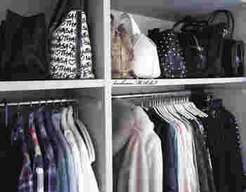 クローゼットに棚がある場合は、立てて収納するようにしましょう。立てておけば型崩れを防ぐことができますし、横一列に並べることで服に合うカバンを選びやすくなります。
