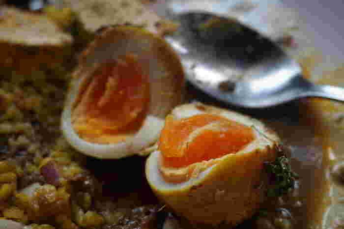 メニューは、カレー2種のみでシンプル。どちらもインドの副菜5種がついていて食べ応えはたっぷりです。100円でトッピングできる、スパイスたまごもお忘れなく。