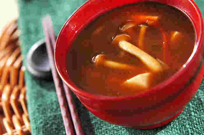 赤味噌の味噌汁にドライトマト。意外な組み合わせに思うかもしれませんが、トマトから旨味成分が出るので、美味しい野菜出汁が溶け込んだお味噌汁になるんです。野菜が沢山食べられる味噌汁は食卓の強い味方ですよ!