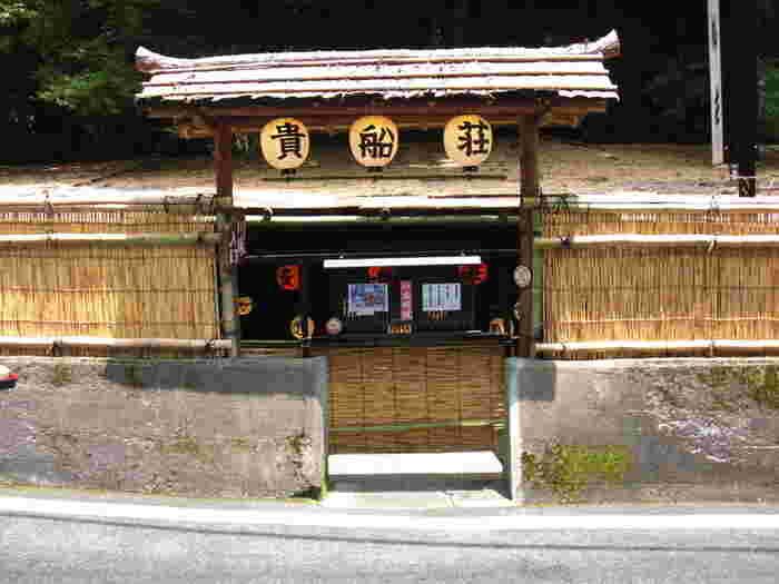 貴船荘は、貴船神社に隣接する懐石料理のお店です。ここでは、夏の納涼川床のほか、雪月の火床など、四季折々で奥鞍馬の風情を楽しむことができます。