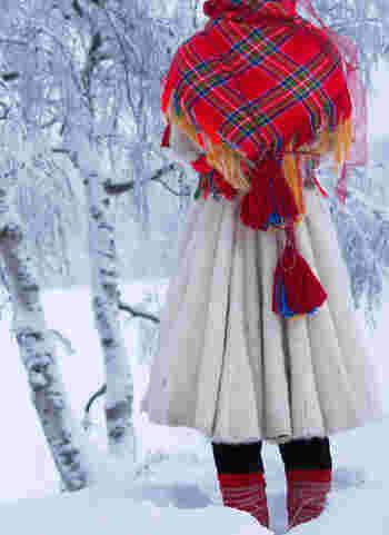雪の上でみると、さらに鮮やかで素敵ですね。