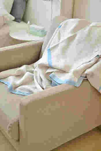 エアコン使用時にさっと羽織ったり、ベッドリネンとしても重宝するリネンのサマーブランケット。青空のように爽やかなターコイズカラーのストライプが、夏らしさを感じさせてくれます。