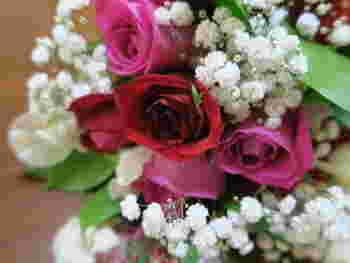 例えば、大切な日にプレゼントされたお花も、ドライフラワーにすることで長く楽しむことが出来るんです。もちろん、お庭で咲いているお花や生花として売られているお花でも◎。数日生花として楽しんだ後に、ドライフラワーにしても良いですね。