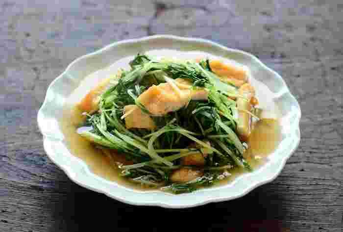 サラダやお鍋で活躍する水菜も、他の調理方法を見つけにくいのでは?煮びたしにすれば、たくさんの水菜を一度に食べることができます。油揚げがだし汁を吸うことで、美味しい煮びたしができあがります◎シャキっとした水菜と、ジューシーな油揚げのバランスが絶妙です。