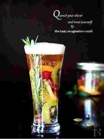 ちょっとひと手間をかけて。ハーブ、ショウガ、フルーツを1日漬け込んだシロップをビールで割れば、フルーティーなシャンディガフの出来上がり。