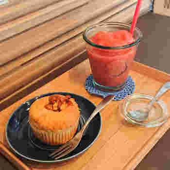 看板メニューのいちごスムージーと玄米水飴キャラメルナッツのマフィンは、素材の持ち味を最大限に生かした素朴なおいしさが絶品♪ カフェで食べるのはもちろん、テイクアウトしてみんなで食べるのもおすすめです。