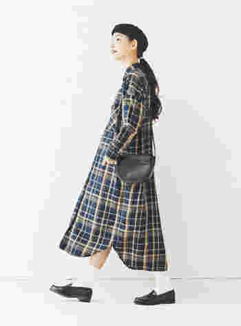 黒のショルダーバッグは、ワンピースとのコーデにも。ベレーやローファーも黒にすれば、コーデ全体に統一感が生まれます。