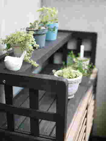 ブログ「公園よこのちいさな家から」のkoenyokoさんが選んだのは、吹き出し口のルーバーが上向きになった室外機カバー。熱気を上に逃がし、ベランダの暑さを軽減する効果があるそうです。植物を載せるためにビニールテープをそよがせて、風の向きを「検証」したのだとか。