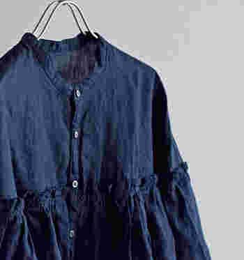 ブラックやネイビーなどのダークカラーも、リネン素材なら重くならず軽やかに着こなせますよ。