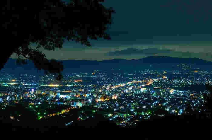 「新日本三大夜景」に選定された、県内でも指折りのビュースポットです。遥か向こうには生駒山地や金剛山脈が横たわっており、この一帯の地形がまさしく盆地であることがよくわかる絶景です。