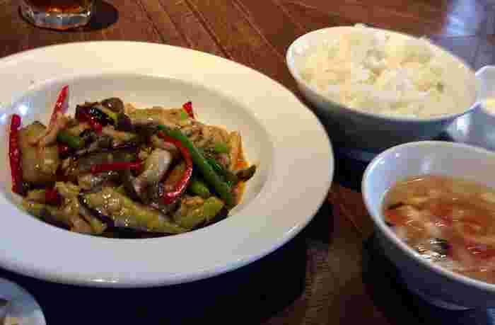ランチは「週替わり定食」が一番人気。ごはん・スープ・ザーサイ・杏仁豆腐付きで、白米とスープはお替り可能。こちらの「豚肉と茄子のピリ辛炒め」はボリューミーで、お腹もしっかり満たされます。