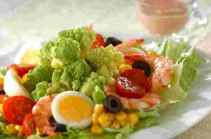 レタスやトマトなどの野菜や、海老・卵などが入った栄養バランス満点のサラダ。印象的な形を生かしたロマネスコを加えれば、主役級の存在感のボリュームサラダですね。