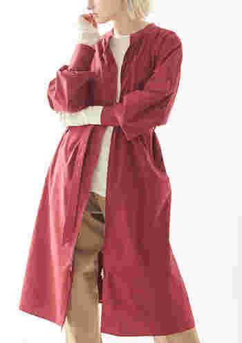 この秋冬に注目の「ベイクドカラー」のアウター。サックと羽織るように着ることができて、一枚あれば秋冬らしいファッションが完成。