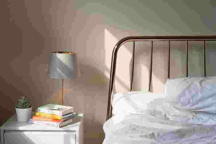 部屋が暗いと目は疲れやすくなってしまいます。目を使うような作業をする時は、部屋全体を明るめにするか、手元を明るくしてくれるライトを活用しましょう。