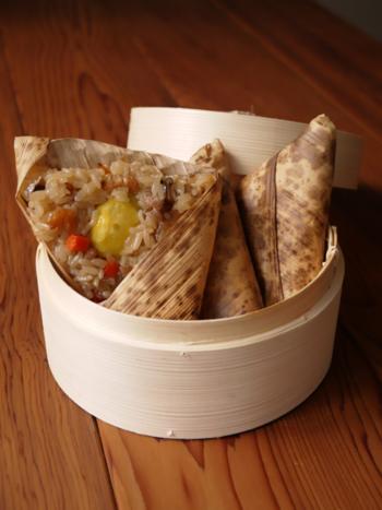 もち米入りでモッチリ美味しい中華ちまき。栗もごろんと1粒入って食べごたえもバッチリ。干し椎茸や干し海老などの旨味がたっぷり染みたご飯もとまりません。竹皮に包んで蒸せば本格的な味わいが楽しめます。