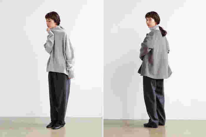 バランスよく着られるウールのショート丈なら、ボリュームのあるニットを主役にした大人カジュアルコーデを上品に仕上げてくれます。クルーネックなのでハイネックと合わせてもすっきりと着られ、絶妙なショート丈がワイドシルエットのパンツとも相性◎。