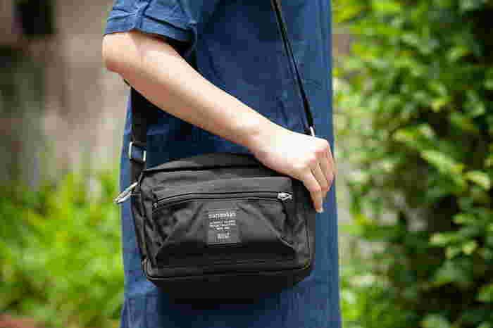 ナイロン製のショルダーバッグは軽くてお手入れ簡単だから、どこにでも持っていきたくなります。ショルダー部分は調節可能で、斜め掛けにすることも可能です。