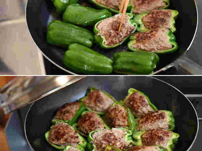 焼き方は3ステップ。まずは、肉だねを下にして焼き色がつくまで焼いたら返します。30秒ほどピーマンを焼いたら蓋をして蒸し焼きに。肉汁の状態を確認しながら火を通していきます。