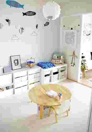 リーズナブルなお値段と入手のしやすさから、子供部屋の収納にぴったりな「カラーボックス」。増減するおもちゃに合わせて簡単に買い足したり減らしたりできるところがメリット。