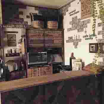 ヴィンテージライクな定規モチーフのシートを食器棚に貼った実例。キッチンカウンターにもパーケット柄のクッションフロアシートを貼ってうまくコーディネートされています。