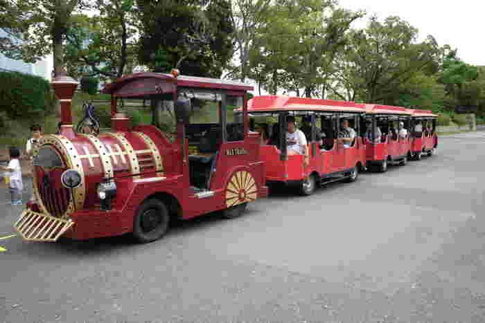 100万平方メートルを超える広大な敷地を誇る大阪城公園内には赤色の蒸気機関車の形をしたロードトレインが走っており、効率よく移動することも可能です。