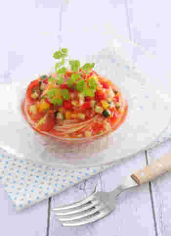 トマトジュースをコンソメで整えるだけで、手軽に冷製トマトスープパスタを。彩り綺麗な夏野菜のシャキシャキとした歯触りも良く、おもてなしにもおすすめのレシピです。
