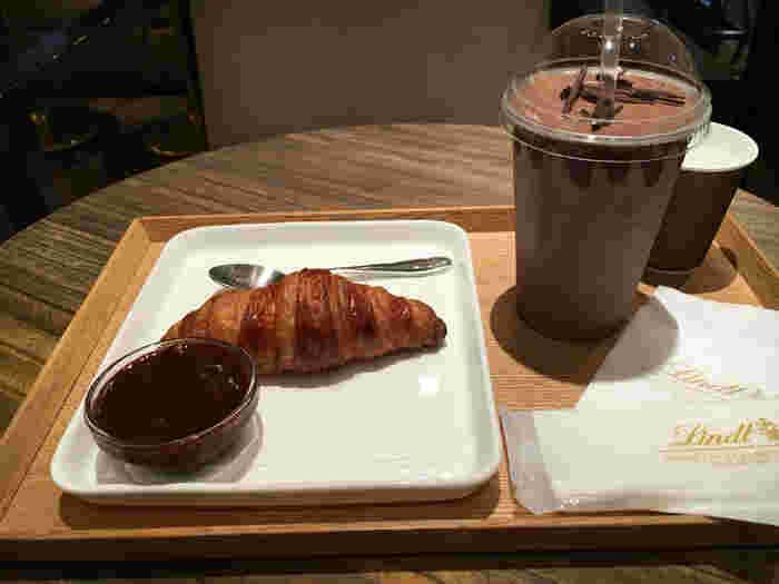 そして、「リンツショコラカフェ」のイートインならではのメニューは、「リンツ チョコレートドリンク」です。ダーク、ミルクの2種から選ぶことができますよ。その時期によってはカフェモカなど、季節限定メニューも。